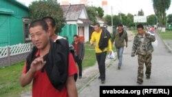 Добруш қаласынан Гомель қаласына дейін наразылық шеруіне шыққан қытай жұмысшылары. Беларусь, 2 шілде 2015 жыл.