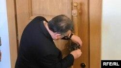 Сегодня лидер парламентской фракции «Нацдвижения» Роман Гоциридзе установил символический замок на двери сессионного зала парламента