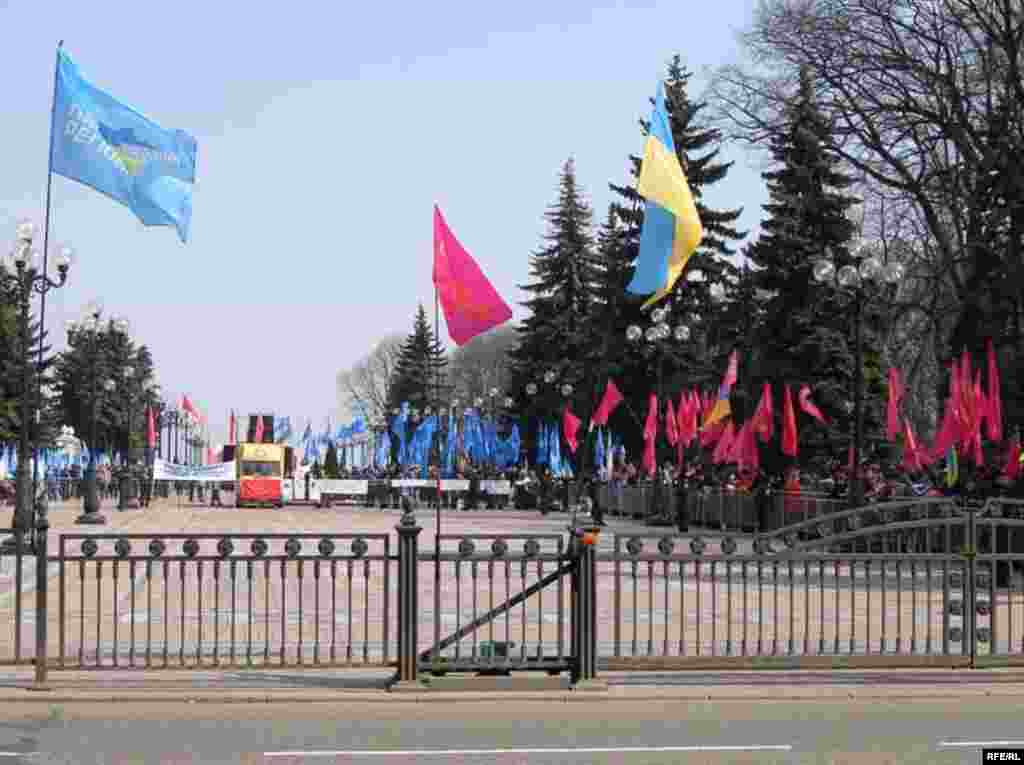 Coalition Camp - Party of Regions backers holding blue flags and supporters of the Socialist Party of Ukraine bearing red flags assemble near the parliament building in Kyiv ahead of their pro-ruling coalition rally. (photo: RFE/RL)