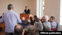 Amenia - Agriculture Minister Ignati Arakelian meets with grape farmers in Aghavnadzor village, 28Sep2016.