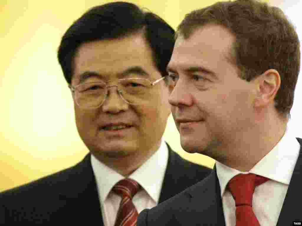 Россия и Китай подписали меморандум о взаимопонимании по сотрудничеству в сфере природного газа по итогам российско-китайских переговоров в Москве президента РФ Дмитрия Медведева и председателя КНР Ху Цзиньтао