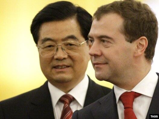 هو جینتائو (چپ) در کنار دیمیتری مدودف همتای روس خود