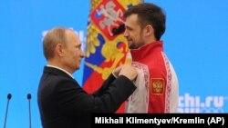 В.Путин награждает Александра Третьякова после победы на Олимпиаде в Сочи