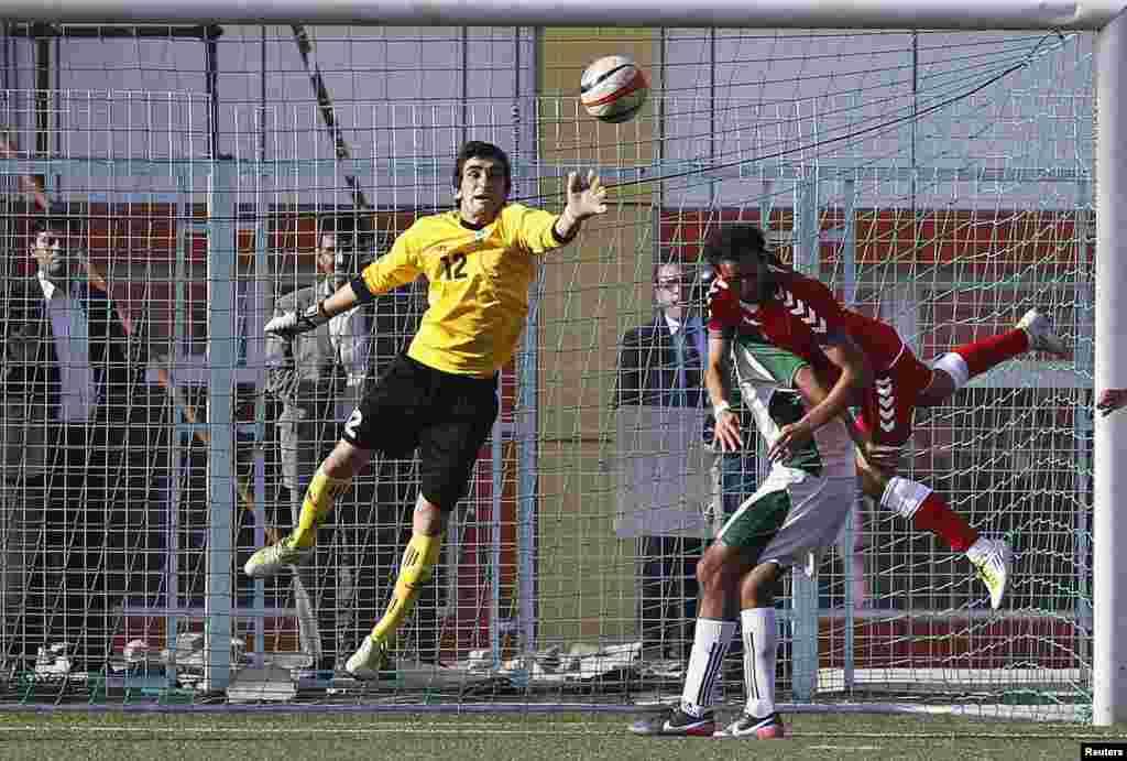 Pakistan's goalkeeper Saqib Hanif (L).