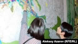 На стенах помещения, где проходили общественные слушания, были развешаны схемы корректировки генплана. Алматы, 8 сентября 2015 года.