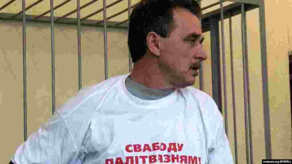 Суд в Минске приговорил лидера Объединенной гражданской партии Беларуси Анатолия Лебедько к 15 суткам ареста по обвинению в мелком хулиганстве и участии в несанкционированном пикете в центре Минска.