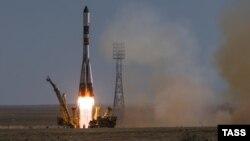 """Запуск ракеты-носителя """"Союз-У"""" с российским грузовым кораблем """"Прогресс М-28М"""" на космодроме Байконур. 3 июля 2015 года."""