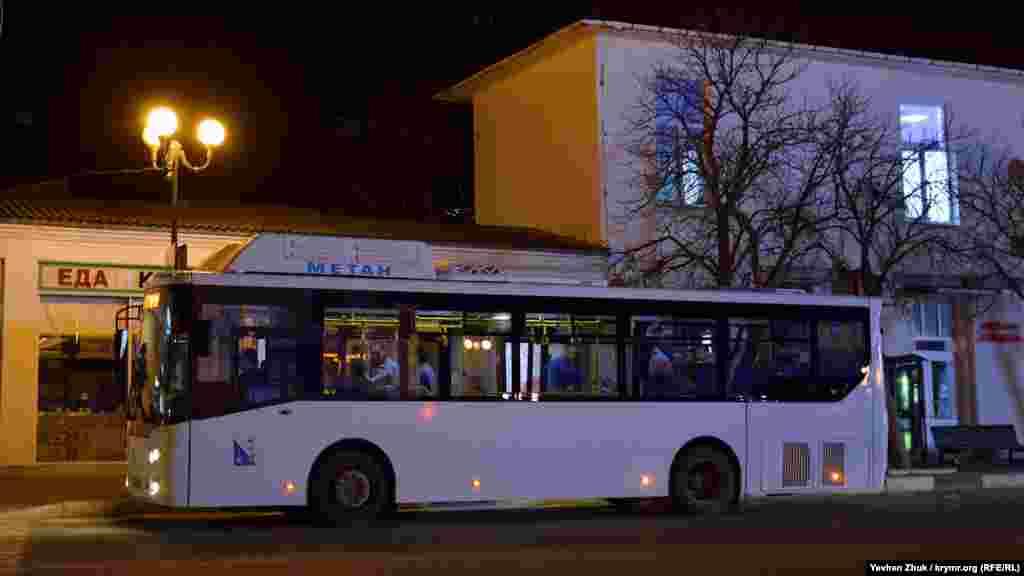 Автобус №9 на площади 1 Мая ожидает пассажиров