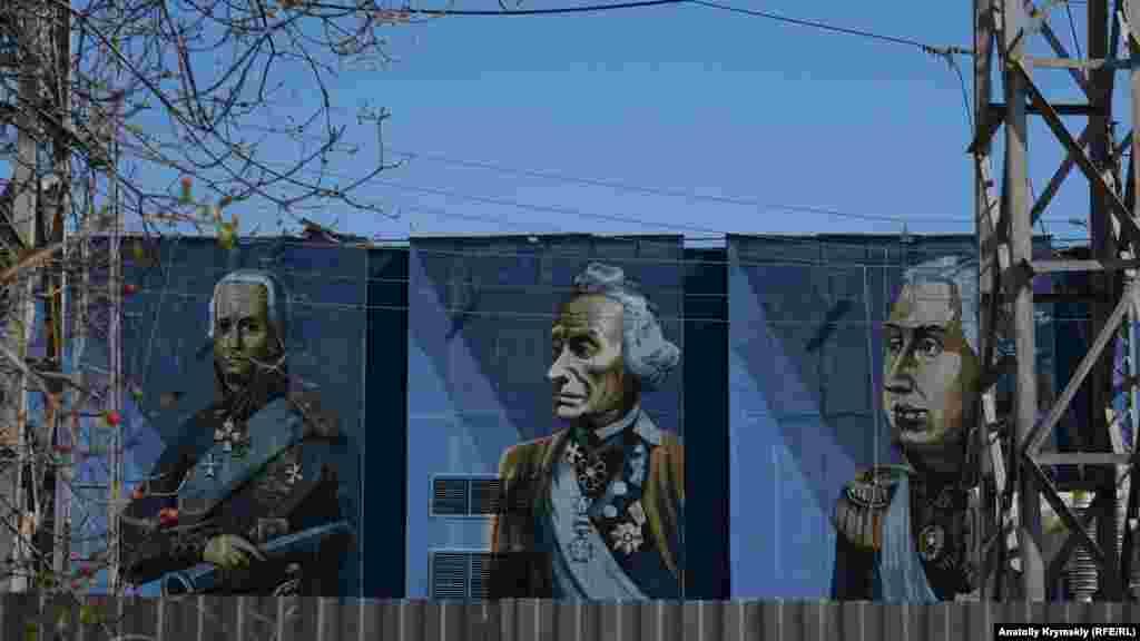 Мурал с изображением известных русских полководцев и флотоводцев на стене артековской электроподстанции