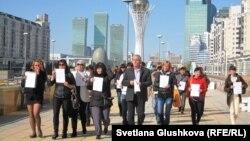 Түрмедегілердің туыстары парламентке бара жатыр. Астана, 24 қыркүйек 2012 жыл. (Көрнекі сурет)