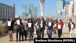 Родственники заключенных идут в парламент Казахстана. Астана, 24 сентября 2012 года.