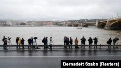 Журналісти і оператори на березі Дунаю у Будапешті, де сталася аварія, 30 травня 2019 року