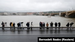 Media nümayəndələri Dunay sahilində axtarışdan xəbər gözləyirlər