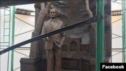 Памятник Исламу Каримову в процессе установки. Фото с Facebook'а.