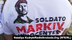 Футболка українських активістів з написом «Солдат Марків невинуватий»