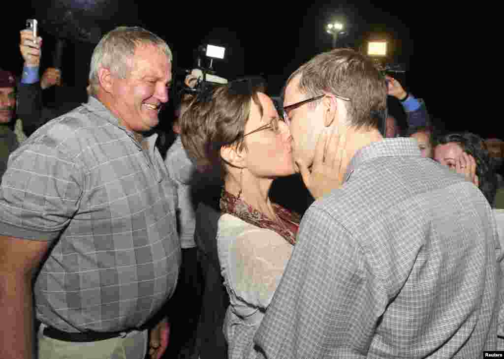 از میان ۳ آمریکایی بازداشت شده در ایران، جاش فتال و شین باوئر نیز در روزهای پایانی شهریور ماه ۹۰ پس از محاکمه به قید وثیقه آزاد شدند و در آمریکا به سارا شورد پیوستند. عکس سارا شورد و نامزدش شین باوئر را در عمان نشان میدهد.