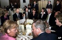 Анґела Меркель, Володимир Путін та інші лідери держав на саміті НАТО. Бухарест, квітень 2008 року