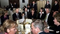 George Bush, Vladimir Putin, Angela Merkel, Traian Băsescu la o recepție în București oferită de președintele român în onoarea liderilor de stat prezenți la summitul NATO, București, 3 aprilie 2008