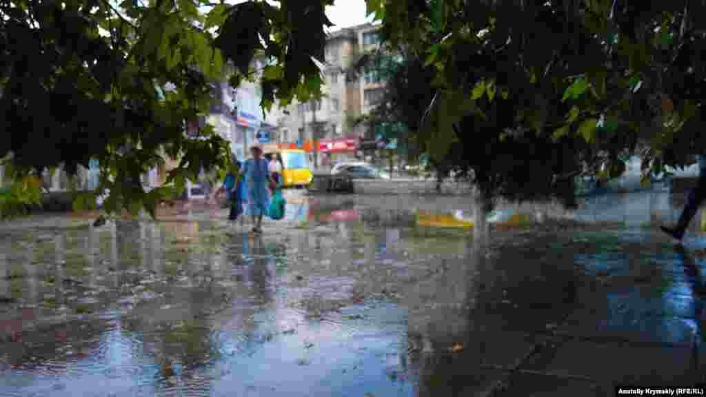 Залитая дождем площадка перед бывшим Домом пионеров