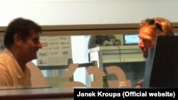 Янек Кроупа (оңдо) репортаж даярдап жаткан учурда