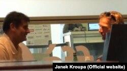 Янек Кроупа во время подготовки репортажа.