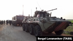 Vehicule ale armatei ruse în Siria alături de vehicule blindate turcești în împrejurimile orașului Saraqib, în nord-estul Siriei.