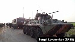 Siriýada M4 awtoulag ýolundaky rus harby ulagy.