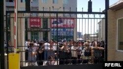 Attestat almayanlar Təhsil Nazirliyinin binasının önünə toplaşmışdılar