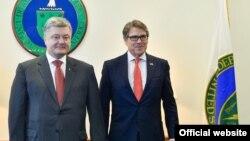 Президент України Петро Порошенко і міністр енергетики США Рік Перрі під час зустрічі 20 червня 2017 року