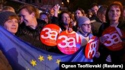 """Njerëzit mbajnë në duar pankarta ku shkruan """"Po për Maqedoninë evropiane"""", gjatë një marshi në mbështetje të referendumit të 30 shtatorit . Prilep, 26 shtator, 2018."""