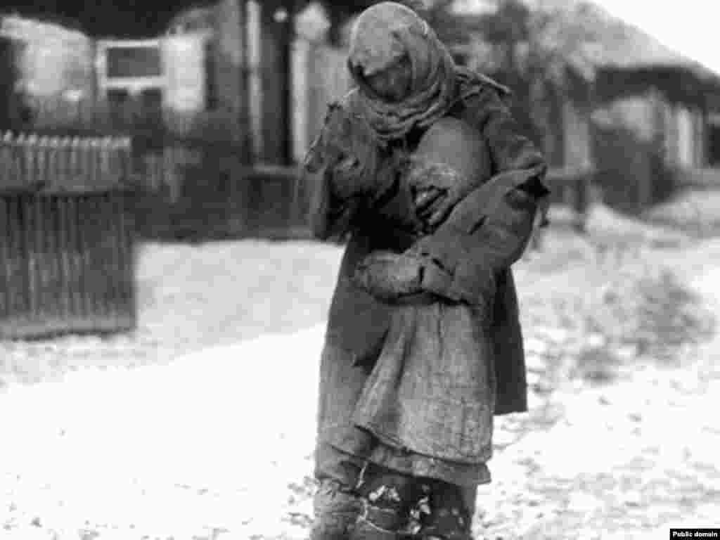 Матір із дитиною під час голоду в Казахстані на початку 1930-х років.