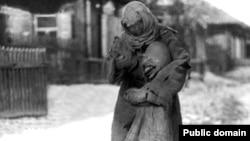 Женщина с ребенком во время Голода. Фото из Центрального государственного архива кинофотокументов и звукозаписей.