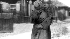 Аштық жылдары көше кезіп жүрген ана мен бала. Қазақстан, 1930 жылдар.