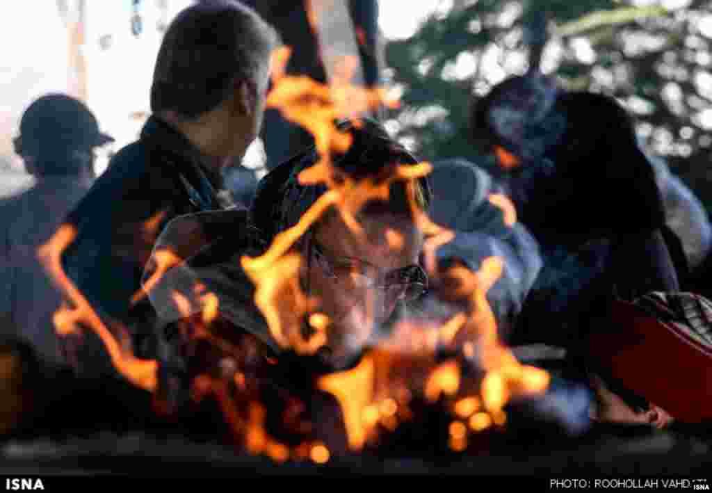 در مراسم درگذشت زرتشت، زرتشتیان ساکن تهران از جمله در آرامگاه قصر فیروزه گرد میآیند. عود و اسفند دود میکنند، دعا و نیایش میکنند و به رفتگان ادای احترام.