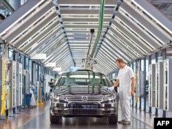 Робітник заводу Volkswagen у Дрездені полірує нове авто (архівне фото)