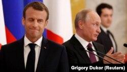 Президент Франції Емманюель Макрон (ліворуч) та російський керівник Володимир Путін, Санкт-Петербург, 24 травня 2018 року