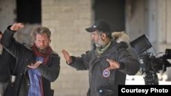 """Режиссер Сэм Фрэнч (справа) в процессе съемки фильма """"Мальчишки Бузкаши"""" в Афганистане."""