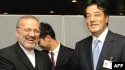 کاتسویا اوکادا (راست) وزیر خارجه ژاپن در دیدار با منوچهر متکی