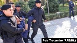 Полицейские задерживают мужчину на месте несостоявшегося митинга. Алматы, 26 октября 2019 года.