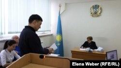 Представитель истца (у стойки), компании «АрселорМиттал Темиртау» (АМТ), в суде по иску АМТ «о защите деловой репутации» к журналисту Олегу Гусеву.