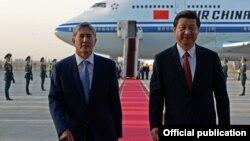 Президент Китая Си Цзиньпин (справа) прибыл с государственным визитом в Кыргызстан, где его встретил президент Алмазбек Атамбаев. Бишкек, 10 сентября 2013 года.