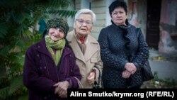 Veciye Kaşka (soldan birinci) «fevral 26 davasınıñ» oturışuvı keçirilgen Aqmescit Merkeziy rayon mahkemesiniñ binası ögünde. 2016 senesi oktâbrniñ 7-si. Arhiv fotoresimi