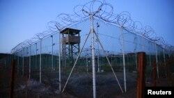 У территории базы в Гуантанамо, где расположена военная тюрьма.