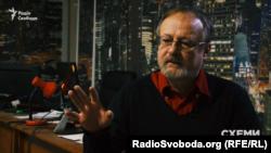 Редактор сайту «Наші гроші» Олекса Шалайський каже, що «це та фірма, на яку перекидається віз із грішми в будь-яких сферах»