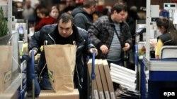 Москвичи скупают товары в магазине IKEA