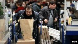 В первом квартале года текущих доходов российским семьям резко не хватало, чтобы покрыть расходы. Однако весной они вновь начали больше сберегать.