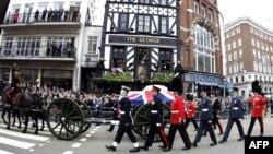 Тэтчердин сөөгү салынган табытты Лондондун көчөлөрүнөн алып өтүшүүдө. 17-апрель, 2013-жыл.