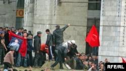Imagine a protestelor de la Bișkek