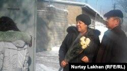 Участники движения «Желтоқсан ақиқаты» у спецприемника для административно арестованных. Алматы, 17 февраля 2014 года.