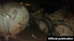 ДТП в Таш-Кумыре в ночь на 6 ноября. Минивен Honda Stepwgn совершил лобовое столкновение с газовозом MAN.